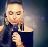 Muchacha cantante hermosa Foto de archivo libre de regalías