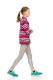 Muchacha casual adolescente que camina Imagen de archivo libre de regalías