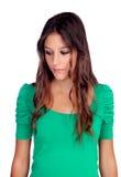Muchacha casual atractiva en el verde que mira abajo Imagenes de archivo