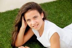 Muchacha casual del adolescente que miente en la hierba Foto de archivo libre de regalías
