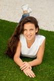 Muchacha casual del adolescente que miente en la hierba Imagen de archivo