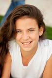 Muchacha casual del adolescente que miente en la hierba Imagen de archivo libre de regalías