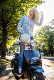Muchacha casual en tejanos y camiseta Fotografía de archivo libre de regalías