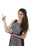 Muchacha casual joven hermosa que sostiene el cuaderno Imagen de archivo