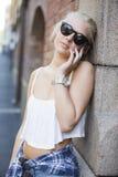 Muchacha casual joven que habla en el teléfono Fotos de archivo