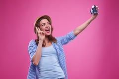 Muchacha casual que gesticula mientras que hace una foto del selfie Imagen de archivo libre de regalías