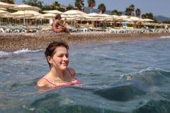 Muchacha caucásica 19 años, sentándose en resaca cerca de la playa Fotografía de archivo