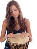 Muchacha caucásica adolescente joven con las manos en el tambor Imagen de archivo