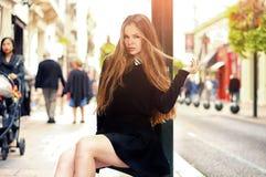 Muchacha caucásica bastante de moda de los jóvenes que presenta en la ciudad de Europa Foto de archivo