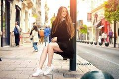 Muchacha caucásica bastante de moda de los jóvenes que presenta en la ciudad de Europa Imagen de archivo