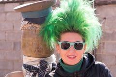 Muchacha caucásica con el pelo verde en el corral de una casa del pueblo imagenes de archivo