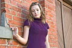 Muchacha caucásica del adolescente por la pared de ladrillo Imagen de archivo