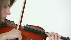 Muchacha caucásica del violinista en un fondo blanco almacen de metraje de vídeo