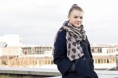 Muchacha caucásica feliz joven del adolescente que se relaja al aire libre Fotos de archivo libres de regalías