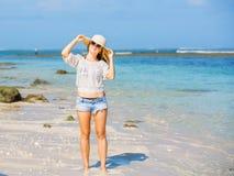 Muchacha caucásica flaca joven en la playa con el azul Foto de archivo libre de regalías