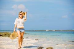 Muchacha caucásica flaca joven en la playa con el azul Fotografía de archivo libre de regalías