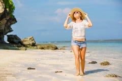Muchacha caucásica flaca joven en la playa con el azul Imagen de archivo libre de regalías