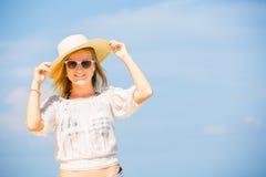 Muchacha caucásica flaca joven en la playa con el azul Imágenes de archivo libres de regalías