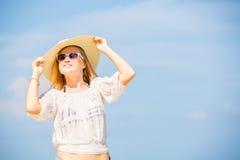 Muchacha caucásica flaca joven en la playa con el azul Fotografía de archivo