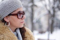Muchacha caucásica hermosa en el paisaje del invierno Imagenes de archivo