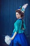 Muchacha caucásica hermosa vestida en estilo rococó Fotografía de archivo