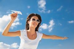 Muchacha caucásica joven con el avión de papel Imagenes de archivo