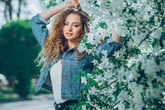 Muchacha caucásica joven hermosa con el pelo rizado Imagen de archivo