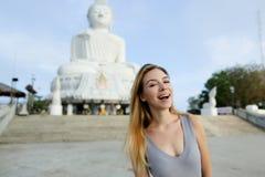 Muchacha caucásica joven que se coloca con la estatua de Buda en Phuket, Tailandia Imágenes de archivo libres de regalías