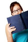 Muchacha caucásica joven que sostiene un libro. Foto de archivo libre de regalías
