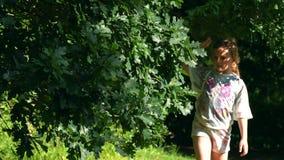 Muchacha caucásica linda que camina en el bosque metrajes