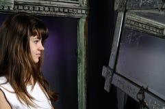 Muchacha caucásica que mira en espejo Fotos de archivo libres de regalías