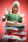 Muchacha caucásica que recibe los regalos de la Navidad Imágenes de archivo libres de regalías