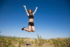 Muchacha caucásica que salta para la alegría Fotos de archivo libres de regalías