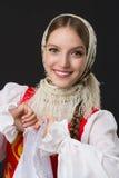 Muchacha caucásica sonriente hermosa en el traje popular ruso Foto de archivo libre de regalías