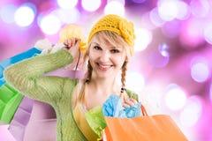 Muchacha caucásica que hace compras Fotografía de archivo libre de regalías