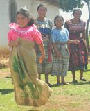 Muchacha centroamericana en una raza de saco Imágenes de archivo libres de regalías
