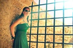 Muchacha cerca de barras de la prisión Fotografía de archivo