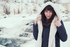 Muchacha cerca de la cascada del invierno Invierno foto de archivo libre de regalías