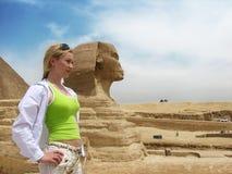 Muchacha cerca de la gran esfinge egipcia Imagenes de archivo