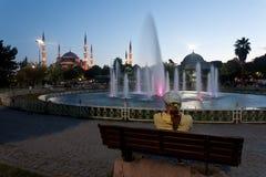 Muchacha cerca de la mezquita azul - Estambul. Fotografía de archivo