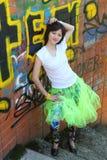 Muchacha cerca de la pared con la pintada Fotografía de archivo libre de regalías