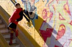 Muchacha cerca de la pared de la pintada imágenes de archivo libres de regalías