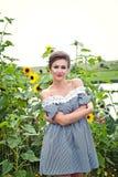 Muchacha cerca de los girasoles en un vestido corto 18 Imagen de archivo libre de regalías