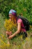 Muchacha cerca de un arbusto amarillo Foto de archivo