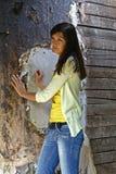 Muchacha cerca de una pared Foto de archivo