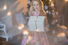 Muchacha cerca del árbol de navidad con los presentes y los juguetes, cajas, la Navidad, Año Nuevo, forma de vida, día de fiesta, Imágenes de archivo libres de regalías
