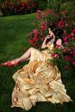 muchacha cerca del arbusto fotografía de archivo