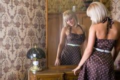 Muchacha cerca del espejo Foto de archivo libre de regalías