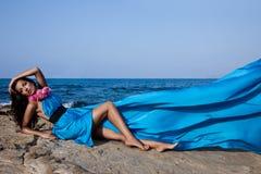 Muchacha cerca del mar Fotos de archivo libres de regalías