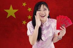 Muchacha china alegre con ropa del cheongsam Imagen de archivo